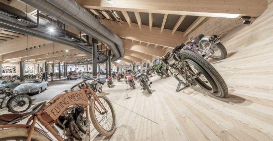In Schräglage im Top Mountain Motorcycle Museum