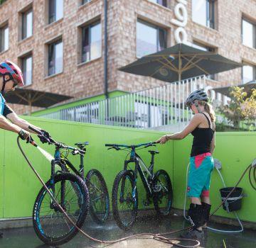 Bike-Waschplatz vor dem Explorer Hotel