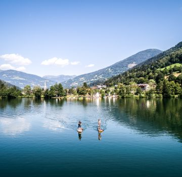 Wassersport umgeben von Bergen