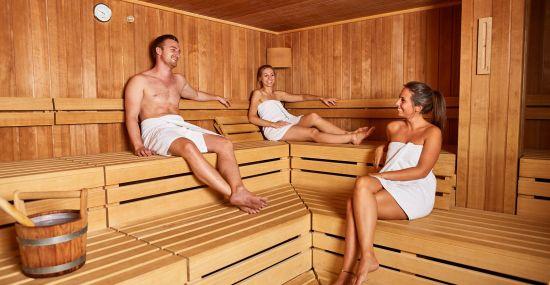 Genieße die Zeit mit Deinen Freunden in der Sauna