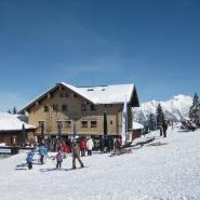 Das Berghaus Schönblick liegt mitten im Skigebiet Söllereck