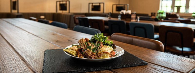 Überbackene Maultaschen mit Salat