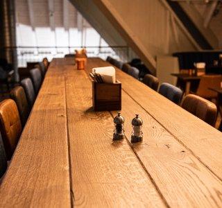 Langer Tisch im Barrique