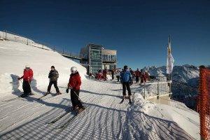 Skifahrern ab dem Gipfel