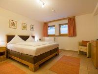 Schlafzimmer 1 mit TV / UG