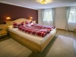 Schlafzimmer mit Betten 180x210