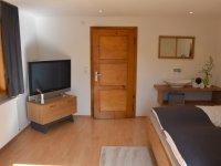 Schlafzimmer groß mit Waschplatz und Sat-TV