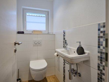 Das moderne, separate WC in der Wohnung HofBlick 2