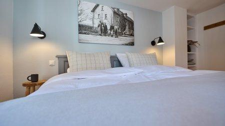 Komfortables Doppelbett im zweiten Schlafzimmer der Wohnung HofBlick 2