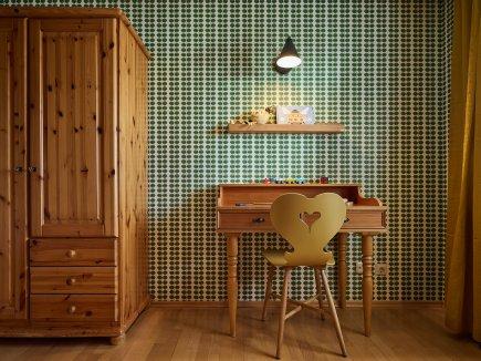 Schreibtisch und Kleiderschrank im Kinderzimmer der Wohnung LindenBlick