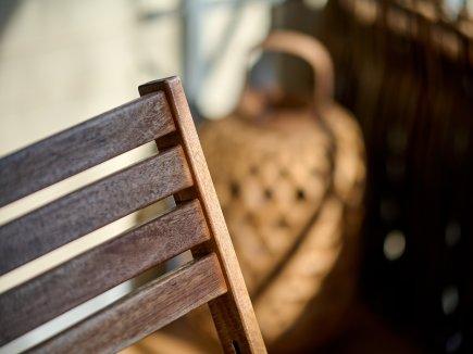 Stuhl auf dem Balkon der Wohnung LindenBlick