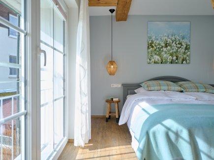 Doppelbett im ersten Schlafzimmer der Wohnung HofBlick II