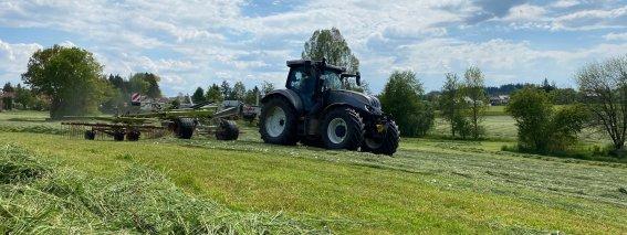 Der Traktor beim Schwadern