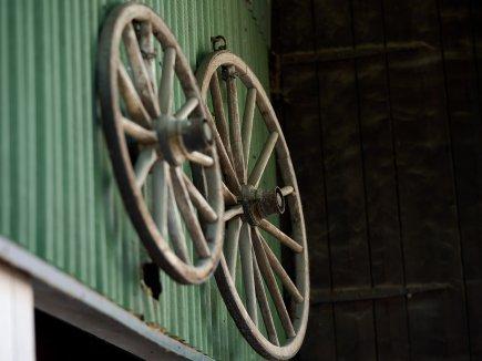 Wagenräder an der alten Tenne