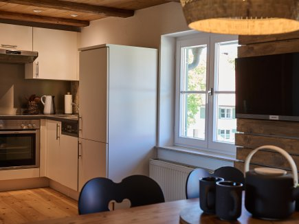 Blick vom Sitzsofa in die Küche der Maisonette II