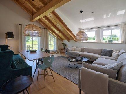Blick ins Wohnzimmer der Ferienwohnung WiesenBlick