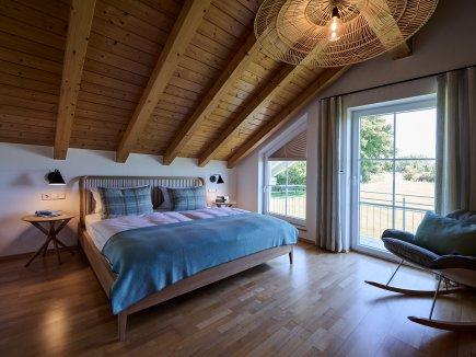 Das hohe Schlafzimmer in der Ferienwohnung WiesenBlick