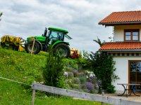 Traktor am Hof