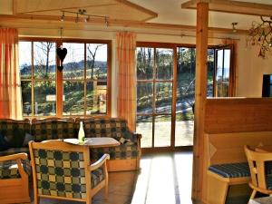 Ferienhaus Hennastall | Wohnzimmer und Terrassenblick