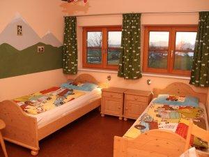 Kinderzimmer-zwei-betten-hennastall