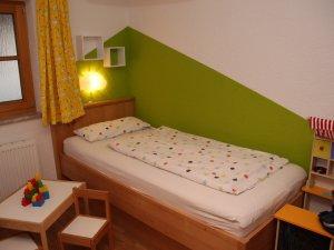 Kinderbett-gruen-viehweid