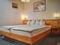 Doppelbett im Schlafzimmer