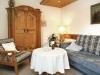 Wohnraum mit antikem Bauernschrank