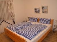Schlafzimmer mit Doppelbett in Komforthöhe