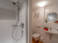 Zweites Bad mit Dusche (UG)