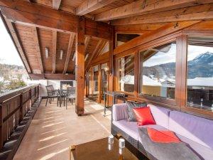 Großer Südbalkon mit Grill und Lounge