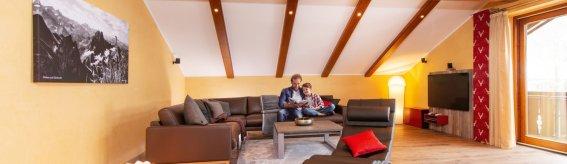Designer-Wohnlandschaft mit Papa und Sohn