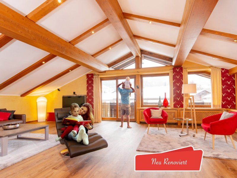 Wohnzimmer mit Familie und badge