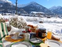 Frühstück auf winterlicher Terrasse