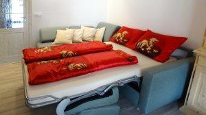 Der Umbau von der Eckcouch zum vollwertigen Doppelbett dauert nur 3 Sekunden