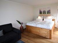 Doppelbett und Couch