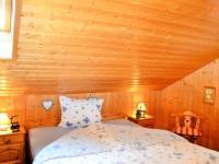 Schlafzimmer mit Doppelbetten und Stauraum