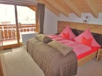 Erstes,traumhaftes Schlafzimmer mit Balkonzugang und Fernseher