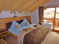 Zweites Wohlfühl-Schlafzimmer mit Panoramabalkon und Fernseher