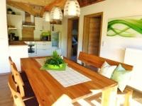 Vollausgestatte Küche mit großem Essplatz