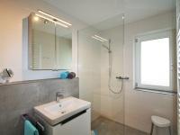 Modernes Bad mit bodengleicher Dusche Whg 101