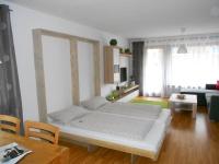 Zusätzliches Schrankbett im Wohnzimmer