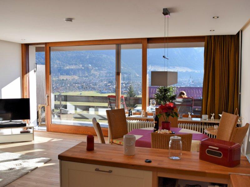 Blick aus dem Küchenbereich ins Wohnzimmer