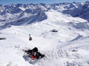 Winterwanderwege an der Nebelhorn Bergstation in der MItte des Bildes sind von den Pisten getrennt