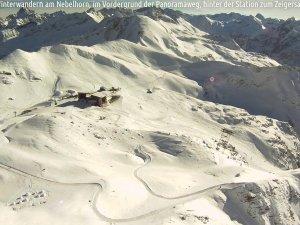 Winterwanderwege im Nebelhorngebiet im Vordergrund der Panoramaweg, hinter der Station zum Zeigersattel