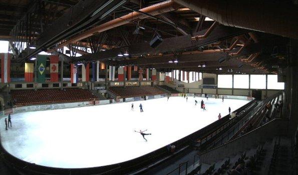 Das Eissportzentrum nur 5 Gehminuten entfernt, bietet Publikumslauf an, da ist es selbst im Hochsommer winterlich.