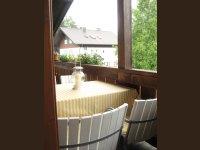 Balkonbereich mit verstellbarem Tisch