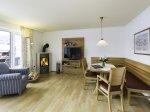 FeWo 62 im Haus Trettach -Wohnzimmer mit Essecke und Kaminofen