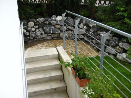 Garten- und Landschaftsbau: im Hintergrund eine Mauer aus Natursteinen