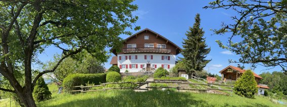 Gablerhof mit Blockhaus