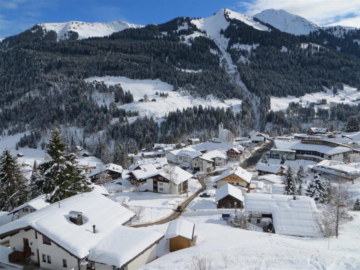 Gästehaus am Berg im Winter - Blick auf Hirschegg